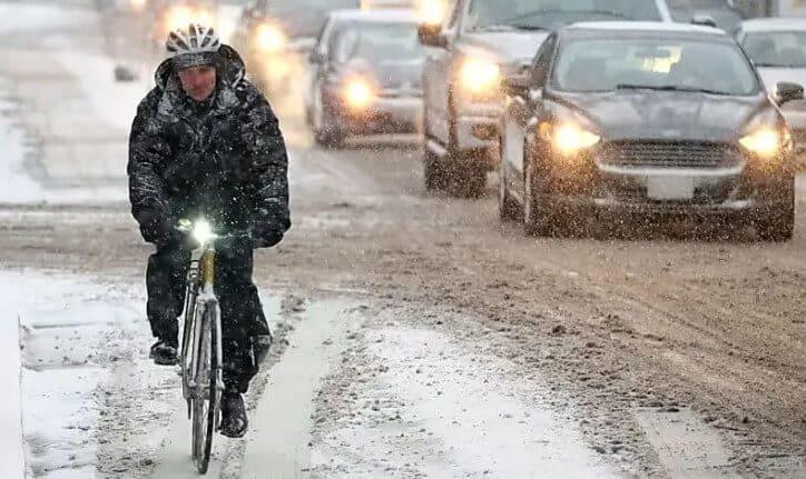 toronto snow cyclist richmond street bike lane11
